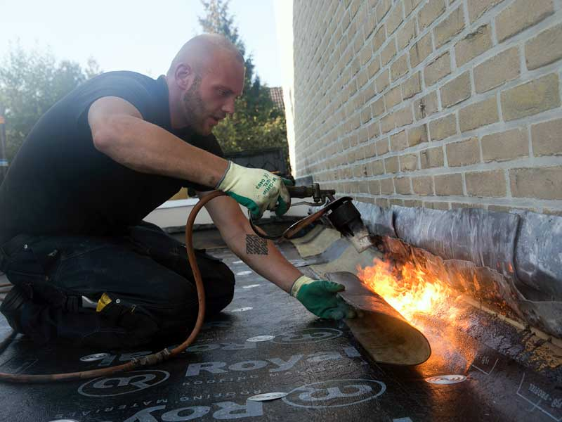dakbedekking groningen, aanbrengen van bitumen dakbedekking door dakdekkersbedrijf Hans Top en Zoon, bitumen dakleer aanbrengen