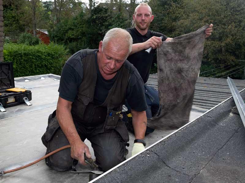 Dakinspectie Groningen op dak met bitumen